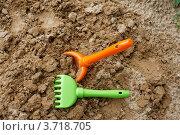 Детские игрушки в песочнице (грабли и совок) Стоковое фото, фотограф yaray / Фотобанк Лори