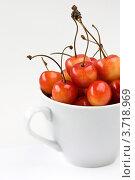 Желтая черешня в белой чашке на светлом фоне. Стоковое фото, фотограф Мамышева Наталья Васильевна / Фотобанк Лори