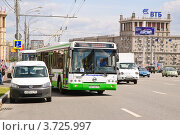 Купить «Сочленённый автобус ЛиАЗ отъезжает от остановки на Кутузовском проспекте», эксклюзивное фото № 3725997, снято 25 июля 2012 г. (c) Алёшина Оксана / Фотобанк Лори