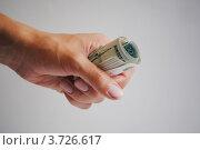 Сверток денег в мужской руке. Стоковое фото, фотограф Евгения Плешакова / Фотобанк Лори
