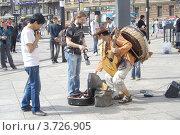 Выступление уличного музыканта из Перу на улице Санкт-Петербурга (Россия), 05 августа 2012 г. Редакционное фото, фотограф Юлия Шевченко / Фотобанк Лори
