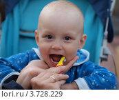 Маленький мальчик чистит зубы. Стоковое фото, фотограф Алексей Куртеев / Фотобанк Лори