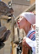 Девочка пьет воду из городского фонтана. Редакционное фото, фотограф Екатерина Слугина / Фотобанк Лори