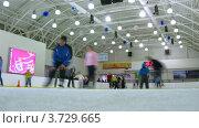 Купить «Дети и их родители катаются на катке Европейский», видеоролик № 3729665, снято 18 марта 2011 г. (c) Losevsky Pavel / Фотобанк Лори