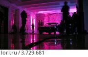 Купить «Хорошая машина стоит в комнате, а люди ходят вокруг», видеоролик № 3729681, снято 18 декабря 2010 г. (c) Losevsky Pavel / Фотобанк Лори