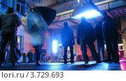 Купить «Настройка осветительного оборудования во время съемок на открытом воздухе», видеоролик № 3729693, снято 18 декабря 2010 г. (c) Losevsky Pavel / Фотобанк Лори