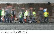 Купить «Волонтеры XXX Московского международного марафона мира помогают бегунам», видеоролик № 3729737, снято 8 декабря 2010 г. (c) Losevsky Pavel / Фотобанк Лори