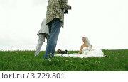Купить «Фотограф снимает молодоженов (таймлапс)», видеоролик № 3729801, снято 22 декабря 2010 г. (c) Losevsky Pavel / Фотобанк Лори