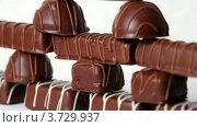 Купить «Шоколадные конфеты», видеоролик № 3729937, снято 26 марта 2011 г. (c) Losevsky Pavel / Фотобанк Лори