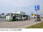 "Купить «Автобус ЛиАЗ-5256 маршрута № 736 на МКАДе на остановке ""Мякинино""», эксклюзивное фото № 3729985, снято 7 августа 2012 г. (c) Дмитрий Абушкин / Фотобанк Лори"