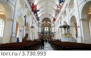Купить «Интерьер католического собора Святой Луизы в Париже», видеоролик № 3730993, снято 3 февраля 2011 г. (c) Losevsky Pavel / Фотобанк Лори