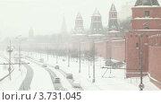 Машины проезжают около Кремля в снегопад (2011 год). Редакционное видео, видеограф Losevsky Pavel / Фотобанк Лори