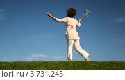 Купить «Женщина кружится на фоне неба  и держит в руках игрушку ветряную мельницу», видеоролик № 3731245, снято 22 марта 2011 г. (c) Losevsky Pavel / Фотобанк Лори