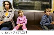 Купить «Мама с детьми едут в метро», видеоролик № 3731281, снято 5 апреля 2011 г. (c) Losevsky Pavel / Фотобанк Лори