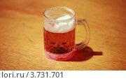 Купить «Сверкающая кружка пива на столе», видеоролик № 3731701, снято 18 января 2011 г. (c) Losevsky Pavel / Фотобанк Лори