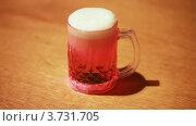 Купить «Сверкающая кружка пива на столе», видеоролик № 3731705, снято 18 января 2011 г. (c) Losevsky Pavel / Фотобанк Лори