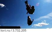 Купить «Спортсмены делают боковой флип, спортсмены тренируются на открытом воздухе», видеоролик № 3732205, снято 15 апреля 2007 г. (c) Losevsky Pavel / Фотобанк Лори