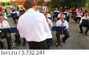 Купить «Дирижер управляет духовым оркестром в Александровском саду», видеоролик № 3732241, снято 7 января 2011 г. (c) Losevsky Pavel / Фотобанк Лори