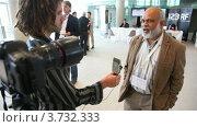 Купить «Журналист берет интервью», видеоролик № 3732333, снято 28 ноября 2010 г. (c) Losevsky Pavel / Фотобанк Лори