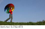 Купить «Женщина с зонтом идет по зеленой траве», видеоролик № 3732473, снято 10 марта 2011 г. (c) Losevsky Pavel / Фотобанк Лори