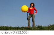Купить «Девушка стоит на лугу и накачивает шар ножным насосом», видеоролик № 3732505, снято 10 марта 2011 г. (c) Losevsky Pavel / Фотобанк Лори