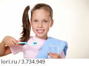 Купить «Девочка-подросток с зубной щеткой и стаканом воды», фото № 3734949, снято 25 сентября 2011 г. (c) Великова Ирина Николаевна / Фотобанк Лори