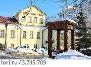 Гигантский стул (табурет) у входа в музей мебели в Москве (2012 год). Редакционное фото, фотограф Владимир Приземлин / Фотобанк Лори