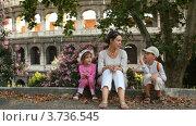 Купить «Мама рассказывает что-то детям, сидя у стен Колизея в Италии», видеоролик № 3736545, снято 5 мая 2006 г. (c) Losevsky Pavel / Фотобанк Лори