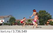 Купить «Молодая женщина в бикини играет в жмурки с детьми на песочном пляже», видеоролик № 3736549, снято 10 апреля 2006 г. (c) Losevsky Pavel / Фотобанк Лори