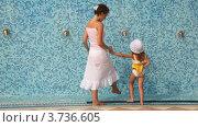 Купить «Молодая женщина с маленькой дочкой ополаскивают ноги под водой в спа-центре», видеоролик № 3736605, снято 14 апреля 2006 г. (c) Losevsky Pavel / Фотобанк Лори