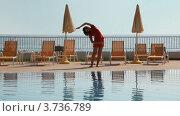 Купить «Девушка делает фитнес упражнения у бассейна возле моря», видеоролик № 3736789, снято 30 мая 2011 г. (c) Losevsky Pavel / Фотобанк Лори