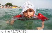 Купить «Девочка в нарукавниках и белой панамке плавает в море», видеоролик № 3737185, снято 4 июня 2011 г. (c) Losevsky Pavel / Фотобанк Лори