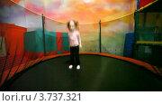 Купить «Маленькая девочка прыгает на батуте в игровой комнате», видеоролик № 3737321, снято 16 июля 2011 г. (c) Losevsky Pavel / Фотобанк Лори
