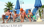 Купить «Родители и дети сидят в шезлонгах и играют руками», видеоролик № 3737377, снято 25 мая 2011 г. (c) Losevsky Pavel / Фотобанк Лори