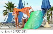 Купить «Мама и дети сидят в шезлонгах и играть с платком», видеоролик № 3737381, снято 25 мая 2011 г. (c) Losevsky Pavel / Фотобанк Лори