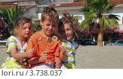 Купить «Дети сидят на песке и держат в руках леденцы», видеоролик № 3738037, снято 27 мая 2011 г. (c) Losevsky Pavel / Фотобанк Лори
