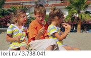 Купить «Дети едят леденцы», видеоролик № 3738041, снято 27 мая 2011 г. (c) Losevsky Pavel / Фотобанк Лори