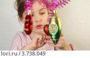 Купить «Девочка трогает новогодние украшения», видеоролик № 3738049, снято 18 июля 2011 г. (c) Losevsky Pavel / Фотобанк Лори