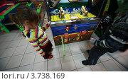 Купить «Мальчик и девочка ждут пока игровой автомат напечает все купоны», видеоролик № 3738169, снято 3 августа 2011 г. (c) Losevsky Pavel / Фотобанк Лори