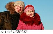 Купить «Молодая пара стоит на улице», видеоролик № 3738453, снято 26 мая 2007 г. (c) Losevsky Pavel / Фотобанк Лори