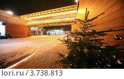 Купить «Украшенная ель стоит на улице вечером», видеоролик № 3738813, снято 16 июля 2011 г. (c) Losevsky Pavel / Фотобанк Лори