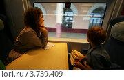 Купить «Мама и сын едут в поезде и смотрят в окно», видеоролик № 3739409, снято 29 апреля 2011 г. (c) Losevsky Pavel / Фотобанк Лори