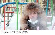 Купить «Женщина в меховой шапке стоит на улице и держит снежок в руках», видеоролик № 3739425, снято 4 мая 2011 г. (c) Losevsky Pavel / Фотобанк Лори