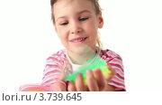 Купить «Девочка играет с разноцветной игрушечной спиралью на белом фоне», видеоролик № 3739645, снято 10 августа 2011 г. (c) Losevsky Pavel / Фотобанк Лори