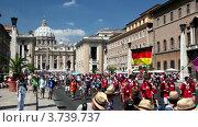 Купить «Люди на параде у Собора Святого Петра в Риме, Италия», видеоролик № 3739737, снято 13 июля 2011 г. (c) Losevsky Pavel / Фотобанк Лори