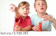 Купить «Дети пускают мыльные пузыри на белом фоне», видеоролик № 3739781, снято 11 августа 2011 г. (c) Losevsky Pavel / Фотобанк Лори