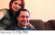 Портрет мужчины и женщины, сидящих на диване. Стоковое видео, видеограф Losevsky Pavel / Фотобанк Лори