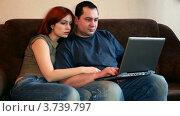 Купить «Мужчина что-то печатает на ноутбуке, женщина смотрит на экран», видеоролик № 3739797, снято 4 мая 2011 г. (c) Losevsky Pavel / Фотобанк Лори