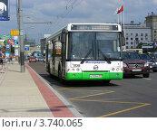 Купить «Автобус едет по Кутузовскому проспекту. Москва», эксклюзивное фото № 3740065, снято 4 июля 2012 г. (c) lana1501 / Фотобанк Лори