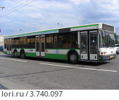 Купить «Городской рейсовый автобус едет по Кутузовскому проспекту. Москва», эксклюзивное фото № 3740097, снято 4 июля 2012 г. (c) lana1501 / Фотобанк Лори
